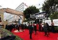 Красная дорожка на входе в зал 73-й церемонии вручения награды Ассоциации иностранной прессы Голливуда Золотой глобус