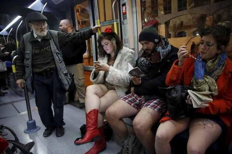 Участники флеш-моба В метро без штанов в Израиле