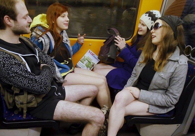 Участники флеш-моба В метро без штанов в Вене, Австрия
