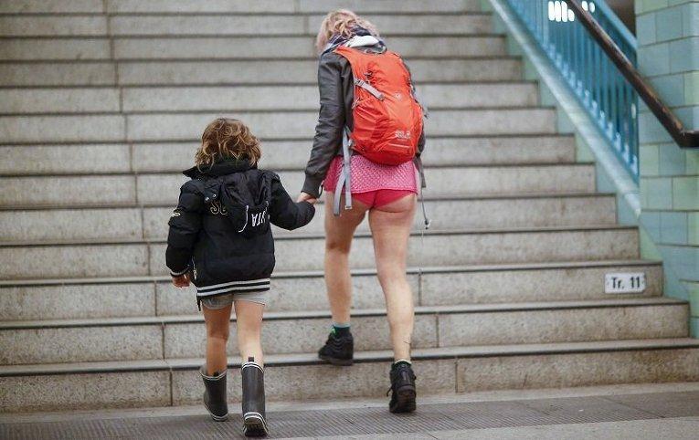 Участники флеш-моба В метро без штанов в Берлине