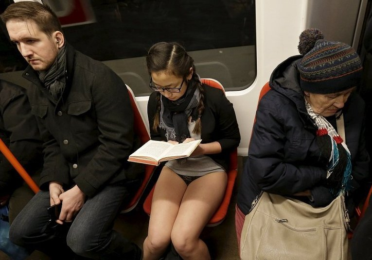 Участница флеш-моба В метро без штанов в Праге