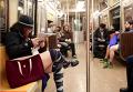 Участники флеш-моба В метро без штанов в Нью-Йорке