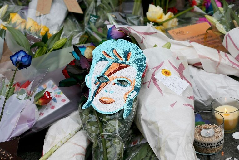 Поклонники легендарного музыканта Дэвида Боуи чтят его память в разных городах