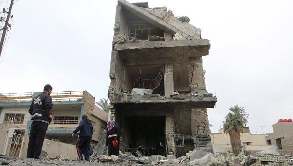На месте взрыва машины, начиненной взрывчаткой, в районе Новый Багдад
