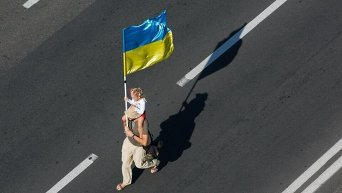 Ребенок несет государственный флаг Украины