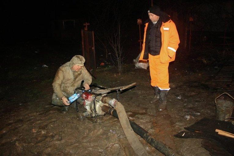 Ремонтные работы на месте прорыва водопровода в Запорожье