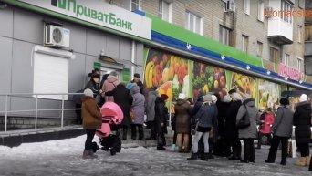 Очереди за соцвыплатами в Донецке и Макеевке. Видео