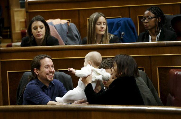 Пабло Иглесиас держит маленького сына члена партии Мы можем Каролины Бесканзы на первом заседании парламента после всеобщих выборов в Мадриде, Испания