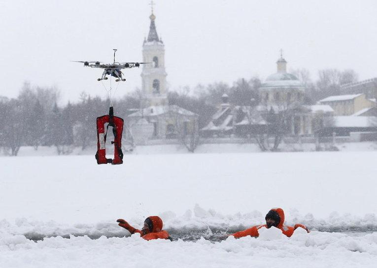 Члены МЧС России принимают участие в тренировке(части подготовки к празднику Крещение)на окраинах Москвы