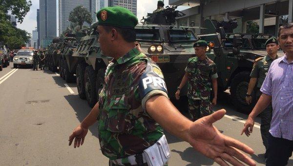 На месте террористической атаки в Джакарте (Индонезия)
