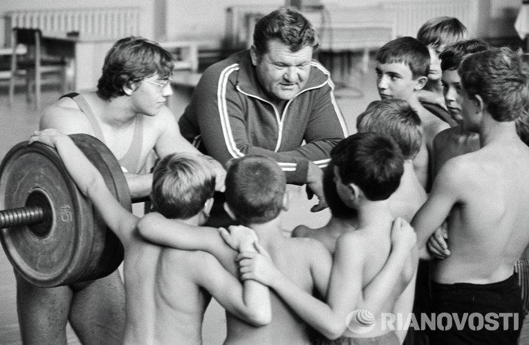 Заслуженный мастер спорта СССР, мировой рекордсмен, двукратный чемпион Европы, мира и Олимпийских игр Леонид Жаботинский (в центре).