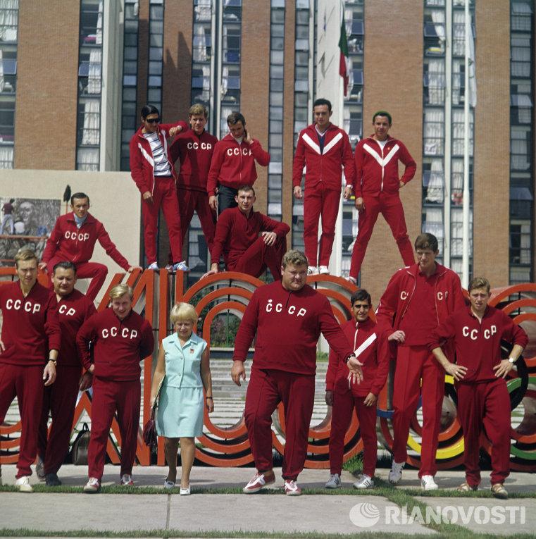 Композитор Александра Пахмутова и олимпийский чемпион по тяжелой атлетике Леонид Жаботинский в Мехико
