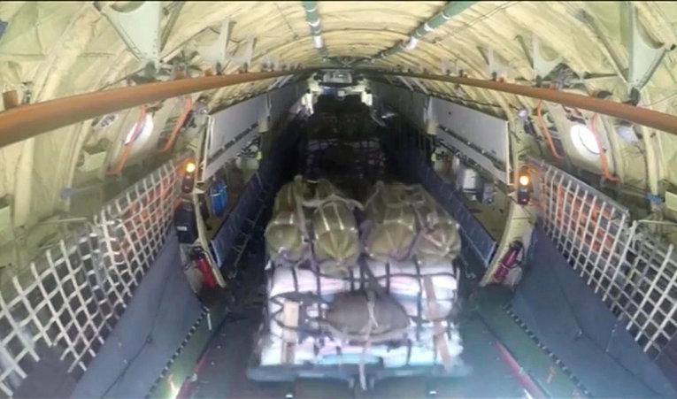 Сброс гуманитарного груза в районе Дейр-Эз-Зор в Сирии с помощью российских парашютных систем