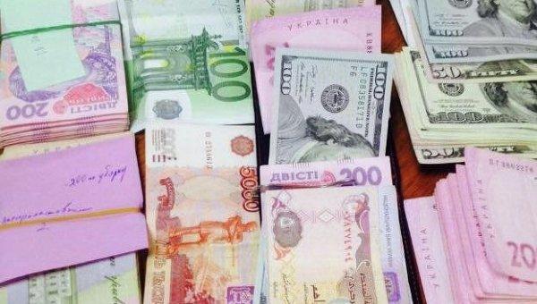 Деньги, изъятые у двух руководителей управления анализа рисков противодействия таможенным правонарушениям департамента таможни ГФС в Днепропетровской области