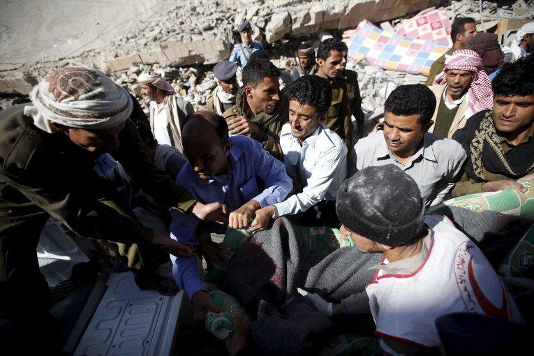 Последствия авиаудара арабской коалиции по штабу полиции в Сане