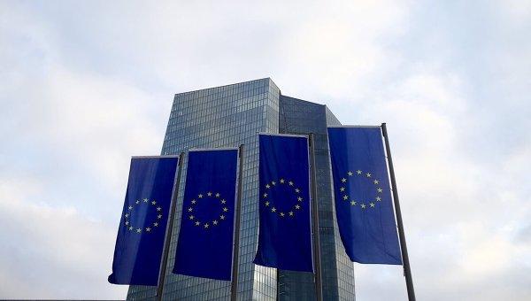 Флаги ЕС возле офиса Центрального европейского банка во Франкфуркте (Германия)