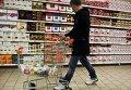 Покупатель идет зале супермаркета. Архивное фото