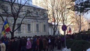 Активисты  окружили парламент в Кишиневе. Видео