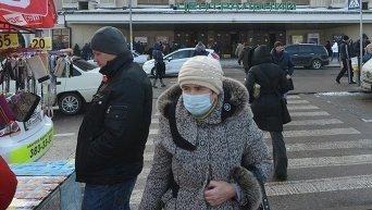Киевляне одевают маски во время эпидемии свиного гриппа в январе 2016 года