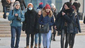 Школьники Киева надевают маски во время эпидемии свиного гриппа в январе 2016 года