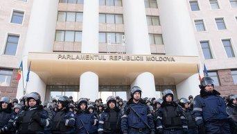 Молдавский ОМОН защищает здание парламента в Кишиневе.