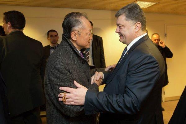 Директор Всемирного банка Джим Ён Ким и Петр Порошенко в Давосе