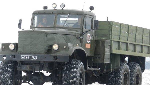 На автомобилях КрАЗ и КамАЗ спасатели буксируют на участках, сильно заметенных снегом, автовышки энергетиков в Херсонской области