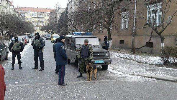 Наряды полиции в Ужгороде перед началом заседания по делу бойцов Правого сектора