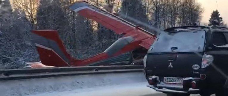Легкомоторный самолет совершил жесткую посадку на шоссе в Московской области