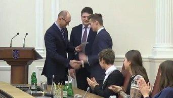 Премьер-министр Арсений Яценюк вручил электронные паспорта школьникам