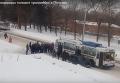 Пенсионеры толкают троллейбус в Полтаве