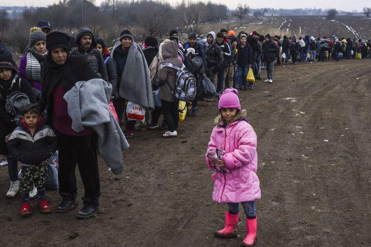 Беженцы с Ближнего Востока на границе Македонии и Сербии.