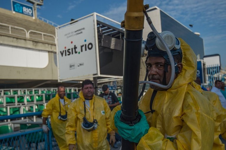 Муниципальные власти Рио-де-Жанейро опрыскивают противокомариным раствором Самбодром в столице Бразилии.