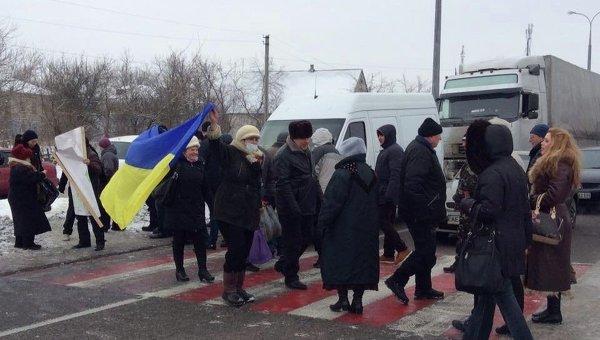 Участники акции протеста перекрыли дорогу на Днепропетровск