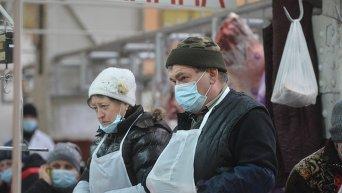 Продавцы Бессарабского рынка в Киеве надели маски
