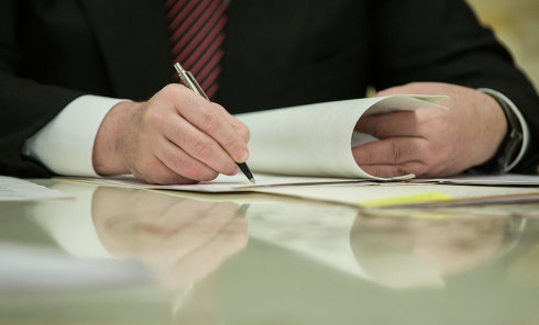 Подписание документа. Архивное фото