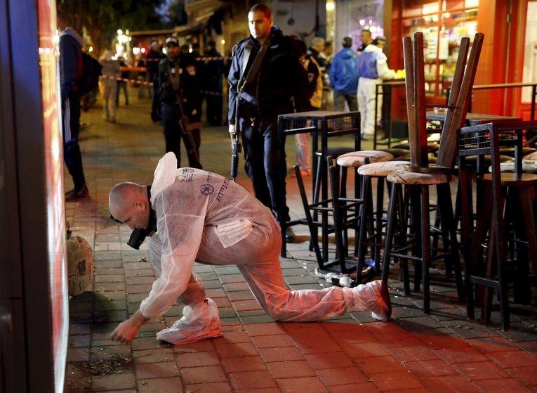 Израильская полиция проводит следственные действия на месте стрельбы в Тель-Авиве.