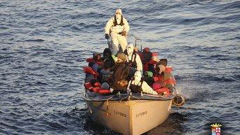 ВМС Италии спасли мигрантов с тонущих лодок
