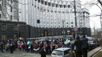 Сотни защитников ПТУ заблокировали улицу возле Кабмина