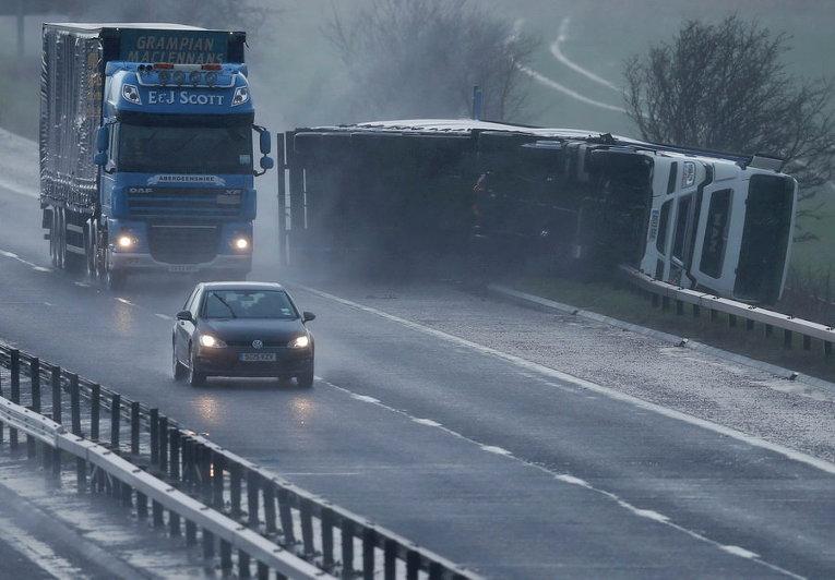 Опрокинутый грузовик лежит на обочине в Шотландии
