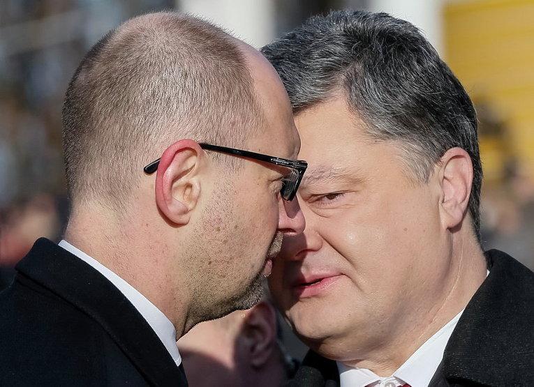 Президент Петр Порошенко и премьер-министр Арсений Яценюк после церемонии в честь Героев Крут