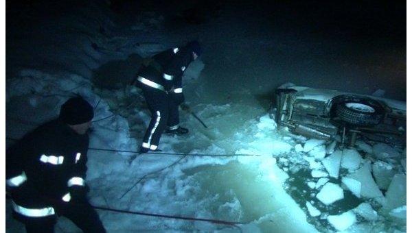 В Харькове автомобиль упал в реку, водитель погиб