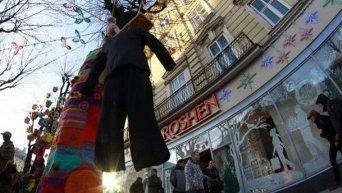Активисты правых организаций повесили у входа в магазин Roshen чучело Порошенко