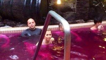 Антон Гонтарев купается в бассейне с вином
