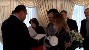 Плотницкий регистрирует новорожденных в Луганске. Видео