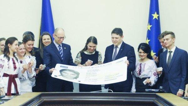 Вручение премьер-министром Украины Арсением Яценюком первых паспортов в форме ID-карт