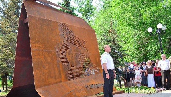 Мэр Луганска Манолис Пилавов на открытии памятника жертвам авиаудара по ОГА