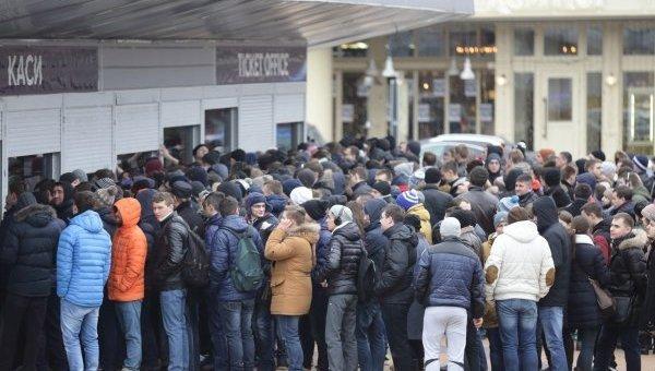 Фанаты киевского Динамов очередь в кассы НСК Олимпийский. Архивное фото
