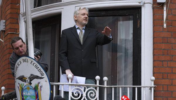 Джулиан Ассанж выступил с речью перед журналистами и митингующими у посольства Эквадора в Лондоне
