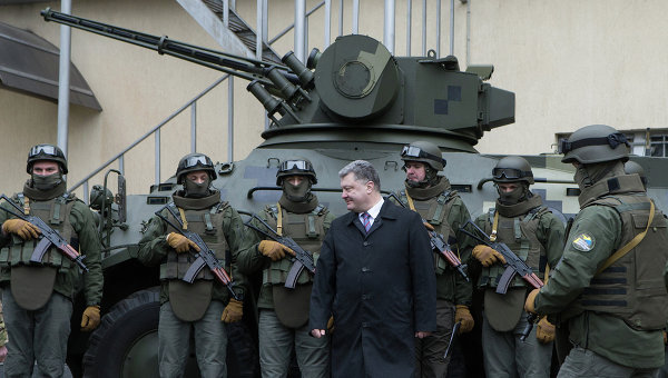 Сотрудники Управления специальных операций НАБУ и президент Петр Порошенко. Архивное фото